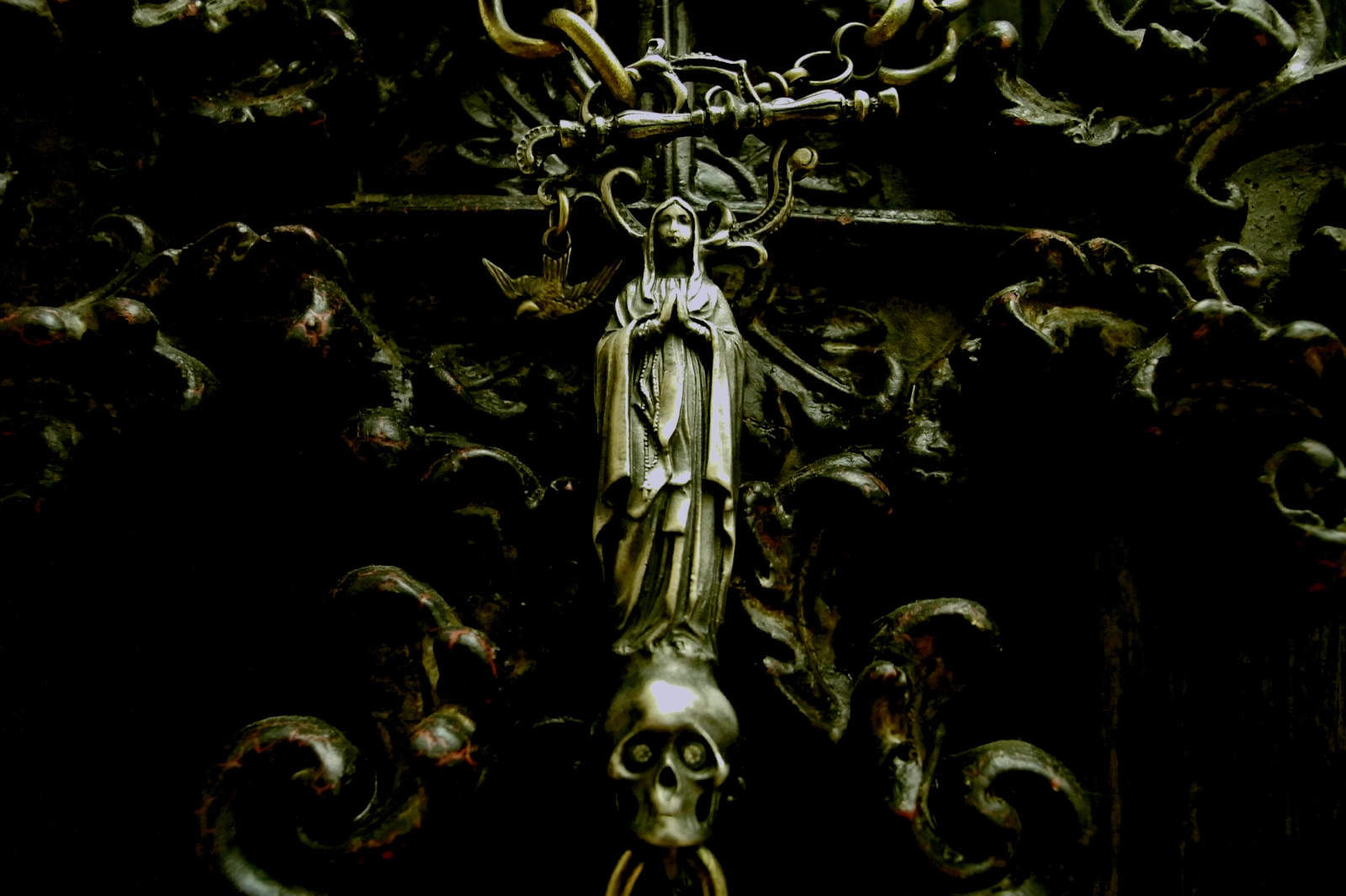 表情まで感じられる精巧な彫刻が施された聖母マリア【NDL Keychain】