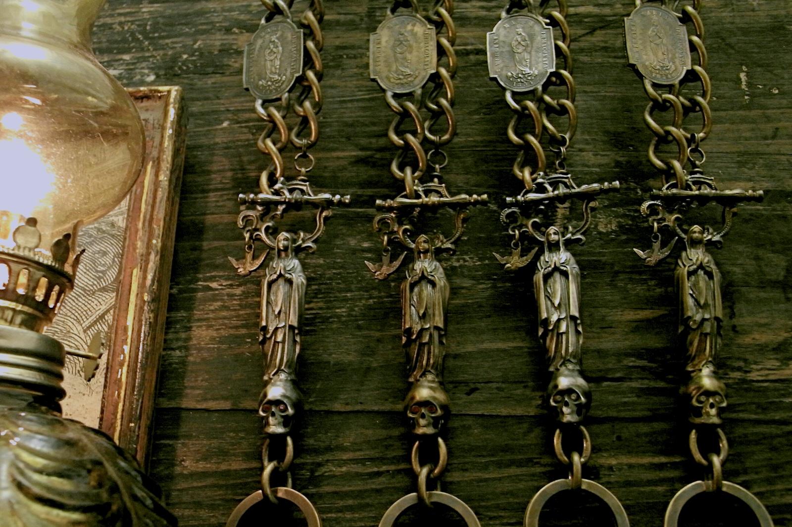 聖母マリアが鎮座するキーチェーン【NDL Keychain】