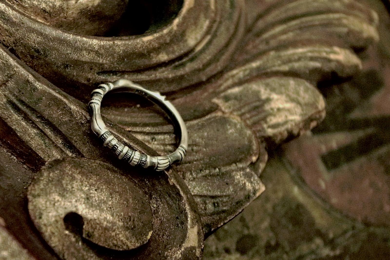 非対称なデザインなので着ける向きや位置で表情が違う【Bougeoir Ring】