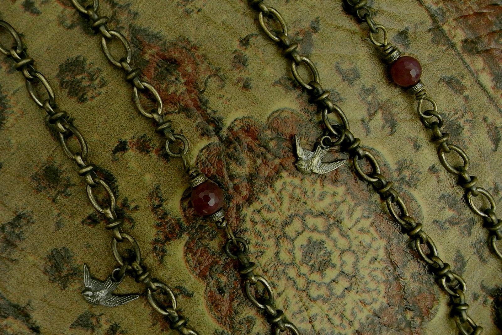 チェーンに連結されているルビーと鳩メダイ【NotreDame de Lourdes Necklace】