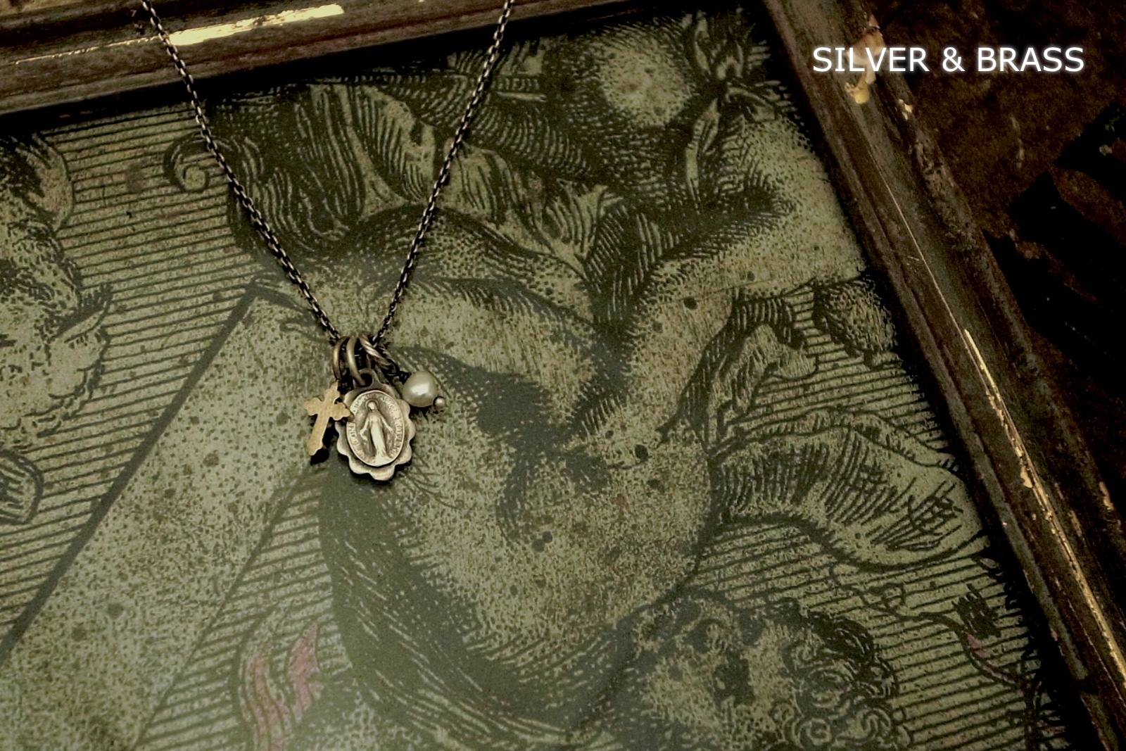 センターのフラワーメダイが女性的なネックレス【Prayer Necklace】
