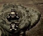 『お守り』という意味を持つ『アミュレット』【Rococo Amulet Brass Pendant】