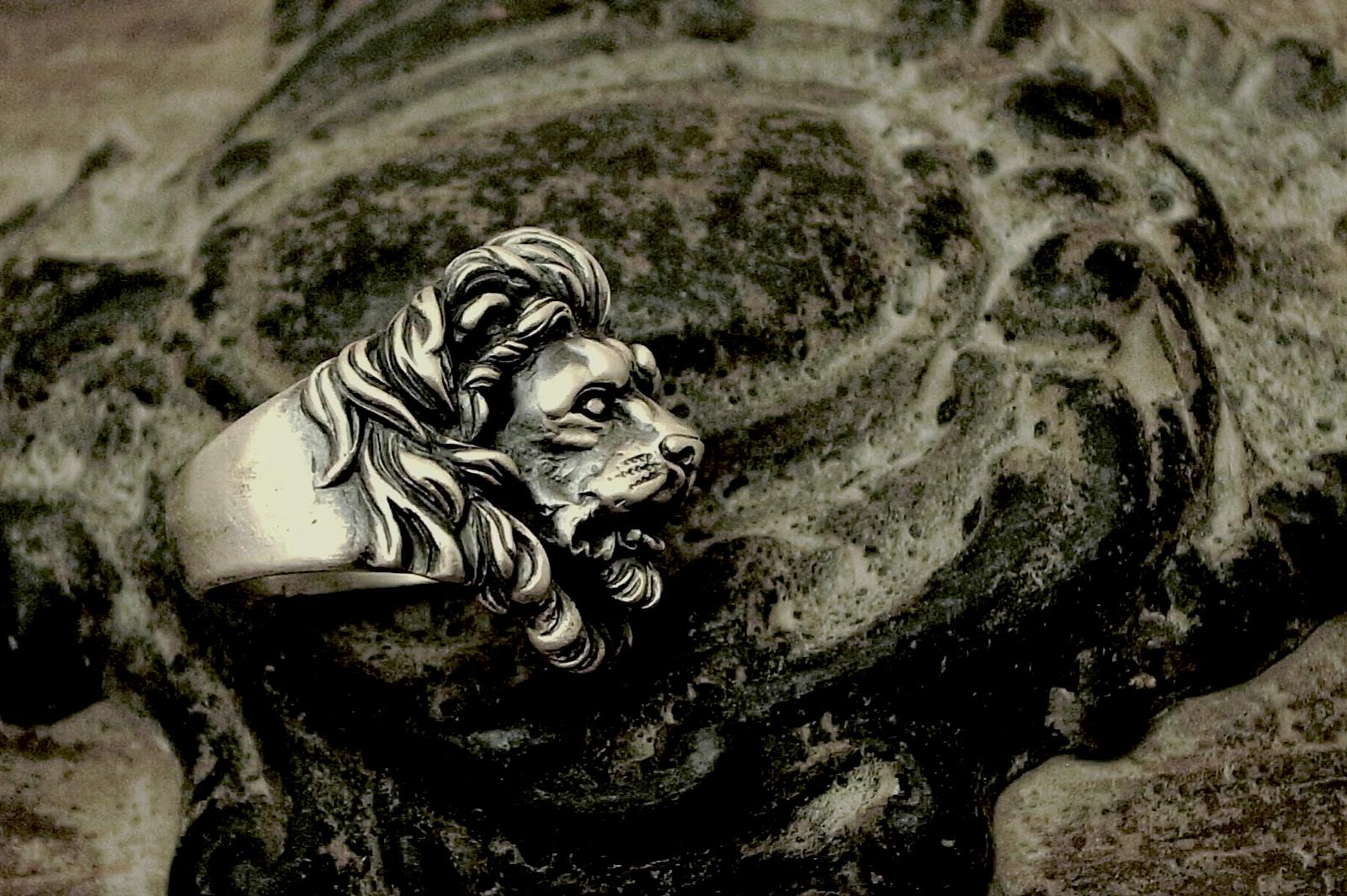 ローマ彫刻を想わせる彫刻のタッチ【Leone Ring】